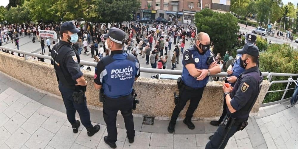 La Policía termina concentración realizada por la sanidad pública frente a la Asamblea de Madrid