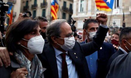 Un grupo de ciudadanos protestan en los ayuntamientos por la inhabilitación de Torra