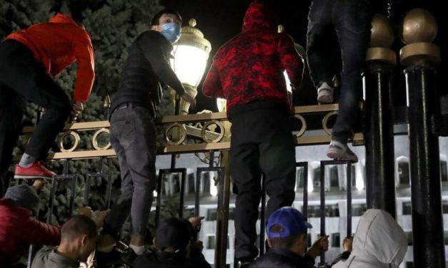 Protestas frente a la sede de gobierno de Kirguistán tras resultados de elecciones parlamentarias