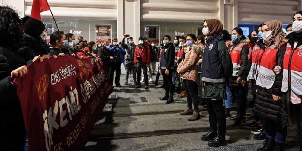marcha-contra-la-violencia-machista-en-estambul-quedo-bloqueada-por-la-policia-feministas-protesta-turquia-aliadoinformativo.com
