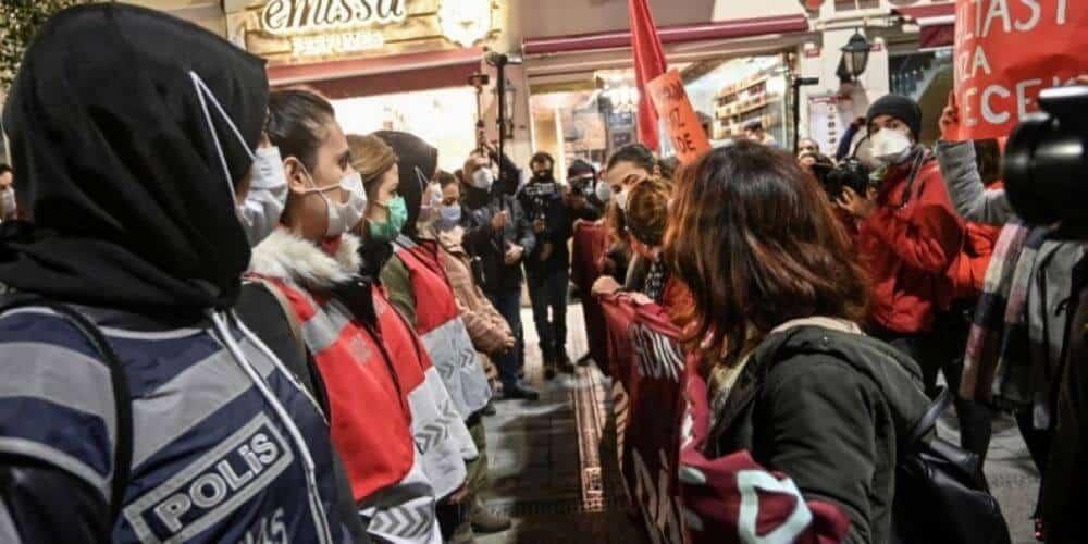 Marcha contra la violencia machista en Estambul quedó bloqueada por la policía