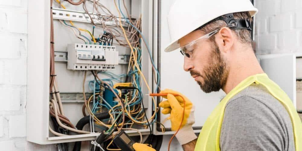 que-se-necesita-para-solicitar-el-servicio-electrico-en-españa-tecnico-electricidad-aliadoinformativo.com