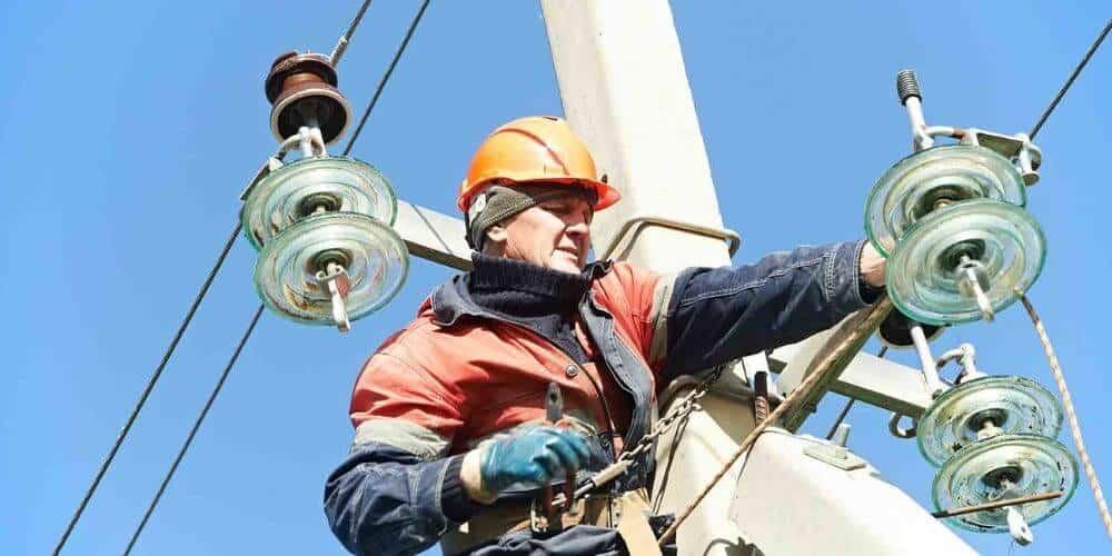 que-se-necesita-para-solicitar-el-servicio-electrico-en-españa-tecnico-electricista-poste-de-luz-aliadoinformativo.com