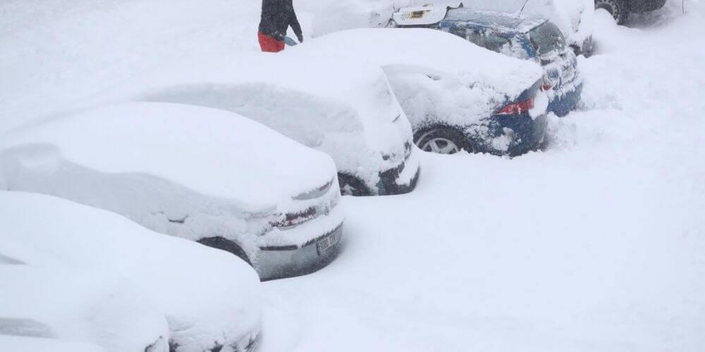 la-ola-de-frio-extremo-que-vive-españa-ataca-sin-previa-preparacion-para-ello-coches-llenos-de-nieve-aliadoinformativo.com