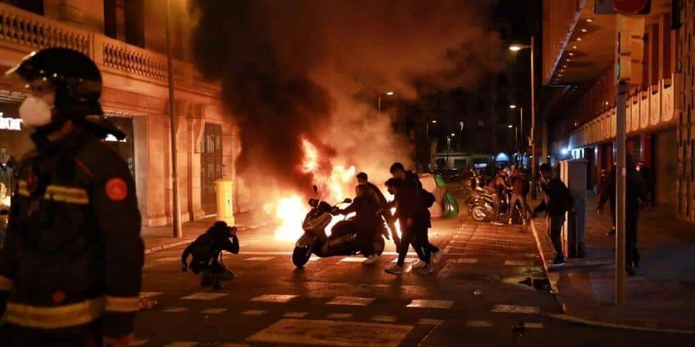 disturbios-en-cataluña-dejo-altercados-entre-policias-y-manifestantes-por-el-arresto-de-pablo-hasel-actos-violentos-aliadoinformativo.com