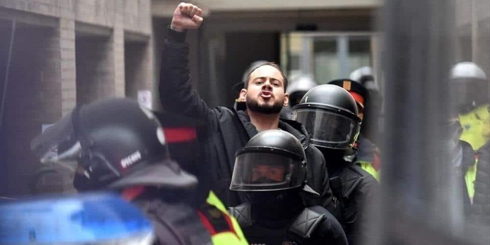 disturbios-en-cataluña-dejo-altercados-entre-policias-y-manifestantes-por-el-arresto-de-pablo-hasel-rapero-apresado-aliadoinformativo.com