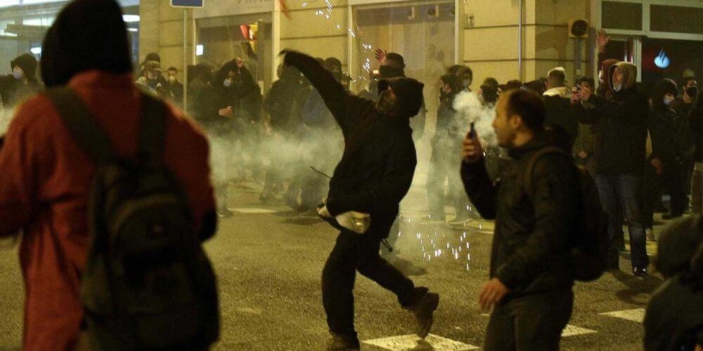 Disturbios en Cataluña dejó altercados entre policías y manifestantes por el arresto de Pablo Hasel