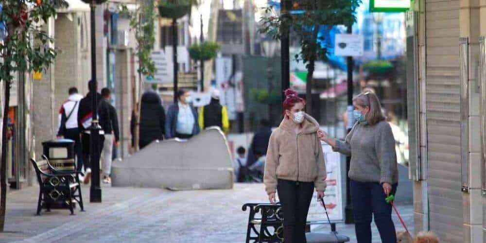 la-junta-ha-reducido-de-14-a-7-dias-los-cierres-en-algunos-municipios-personas-caminando-calles-andalucia-aliadoinformativo.com