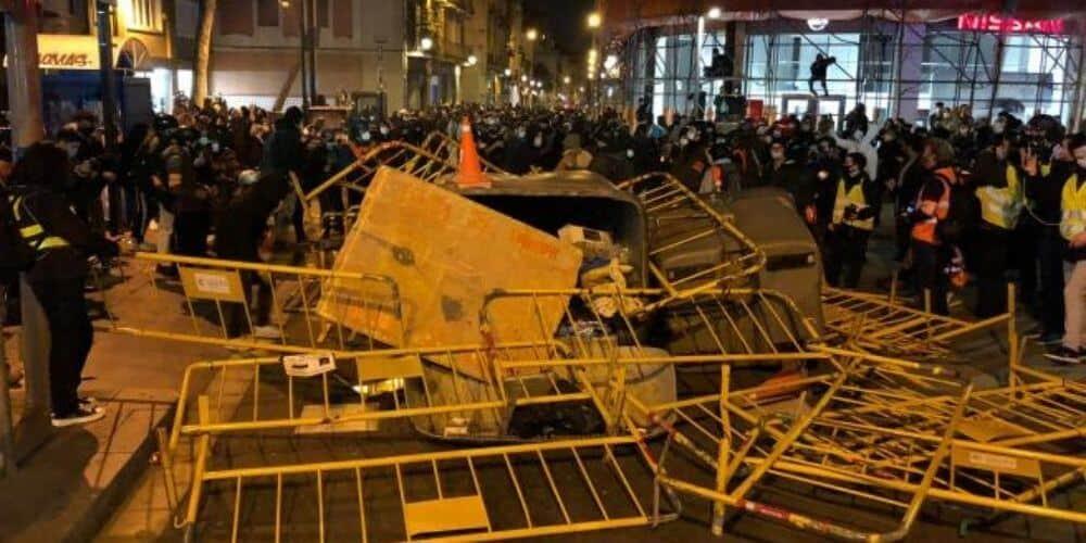 nuevas-protestas-por-apoyo-a-pablo-hasel-en-barcelona-deja-varios-heridos-destrozos-vandalismo-aliadoinformativo.com