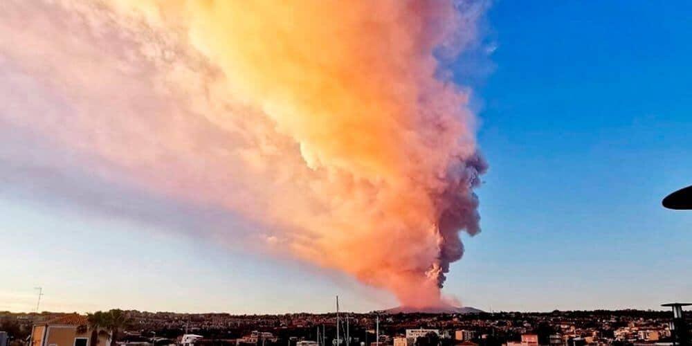 volcan-etna-en-erupcion-violenta-deja-toda-catania-cubierta-de-cenizas-columna-de-humo-volcan-aliadoinformativo.com